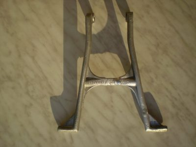 Rozlámaný hliníkový stojánek motocyklu po opravě svařováním metodou TIG